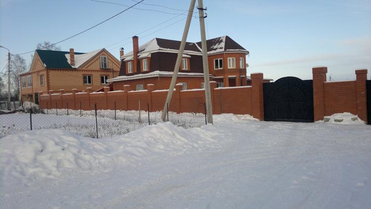 дом с глухим забором